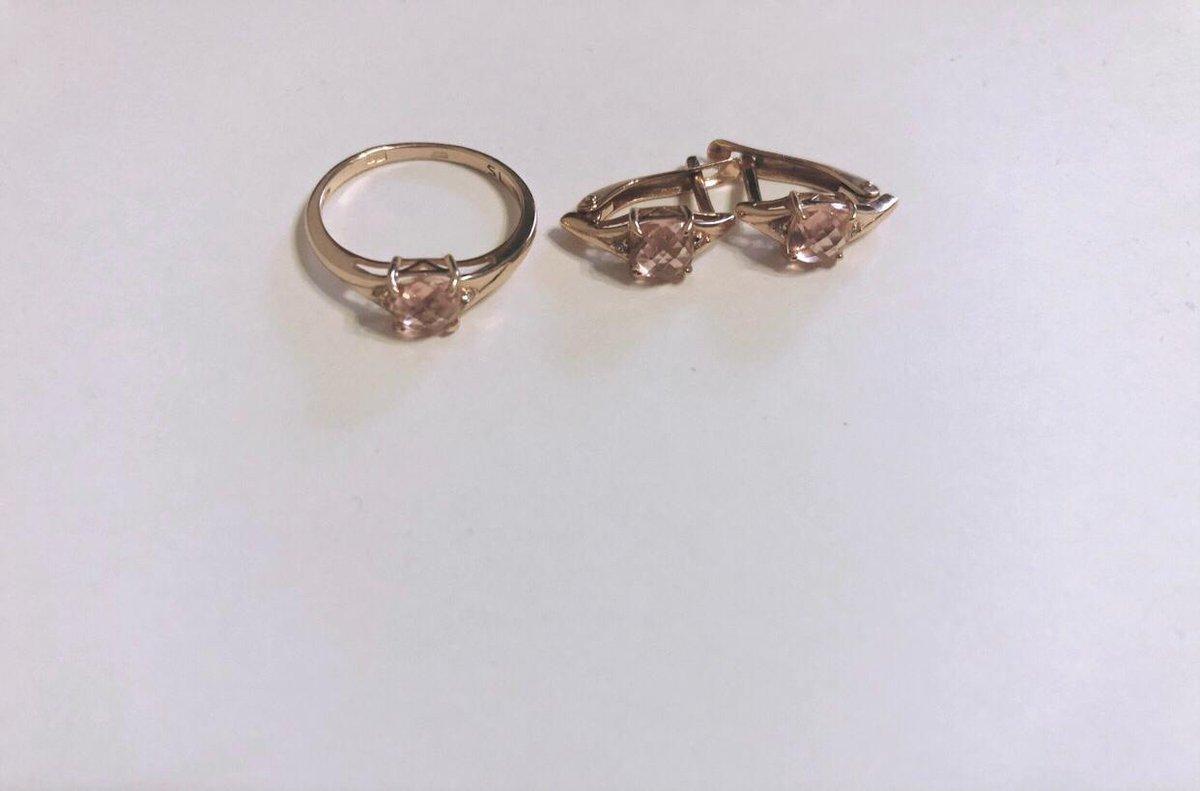 Золотое кольцо с розовым камушком