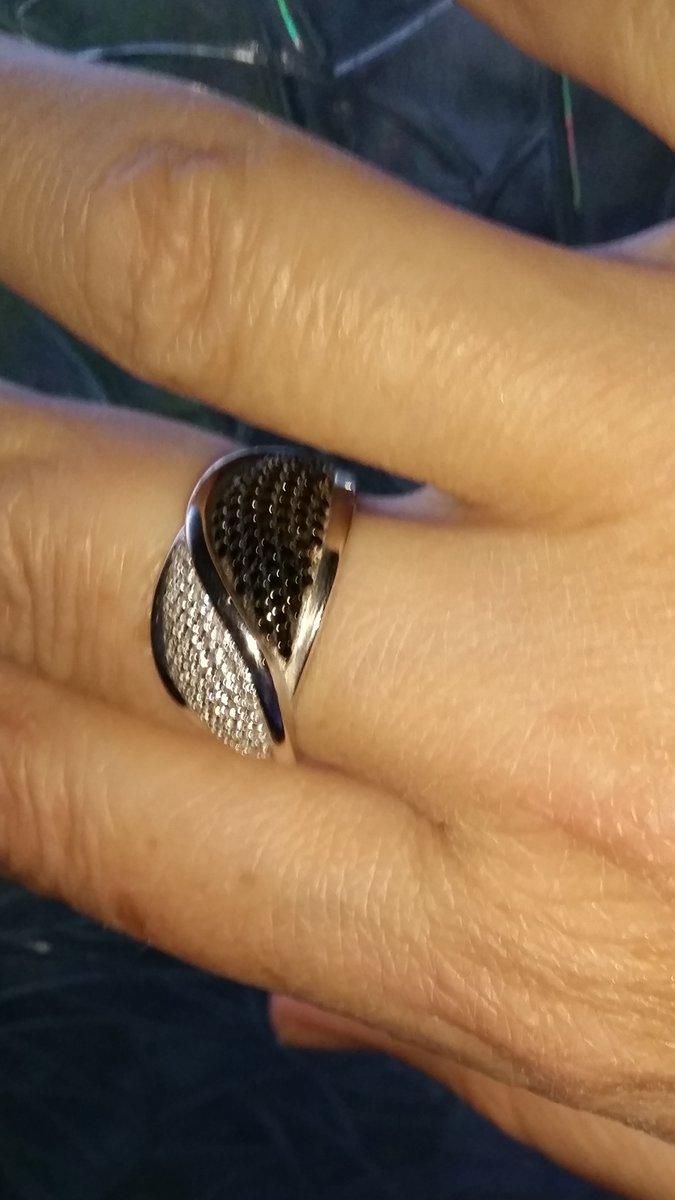 Кольцо с белыми и черными кристаллами.