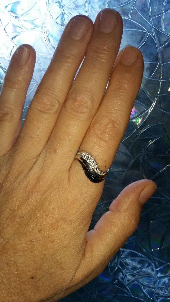 Кольцо по форме напоминает волну.