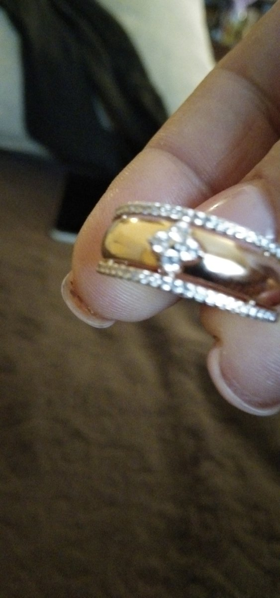 Кольцо красивое очень понравилосьизящное и на руке очень смотрится.спасибо