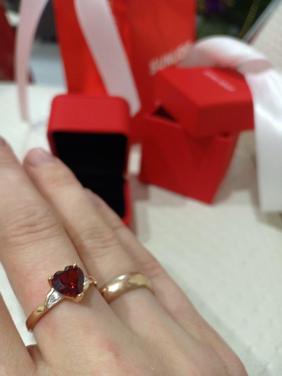 Очень красивое кольцо с гранатом и бриллиантами