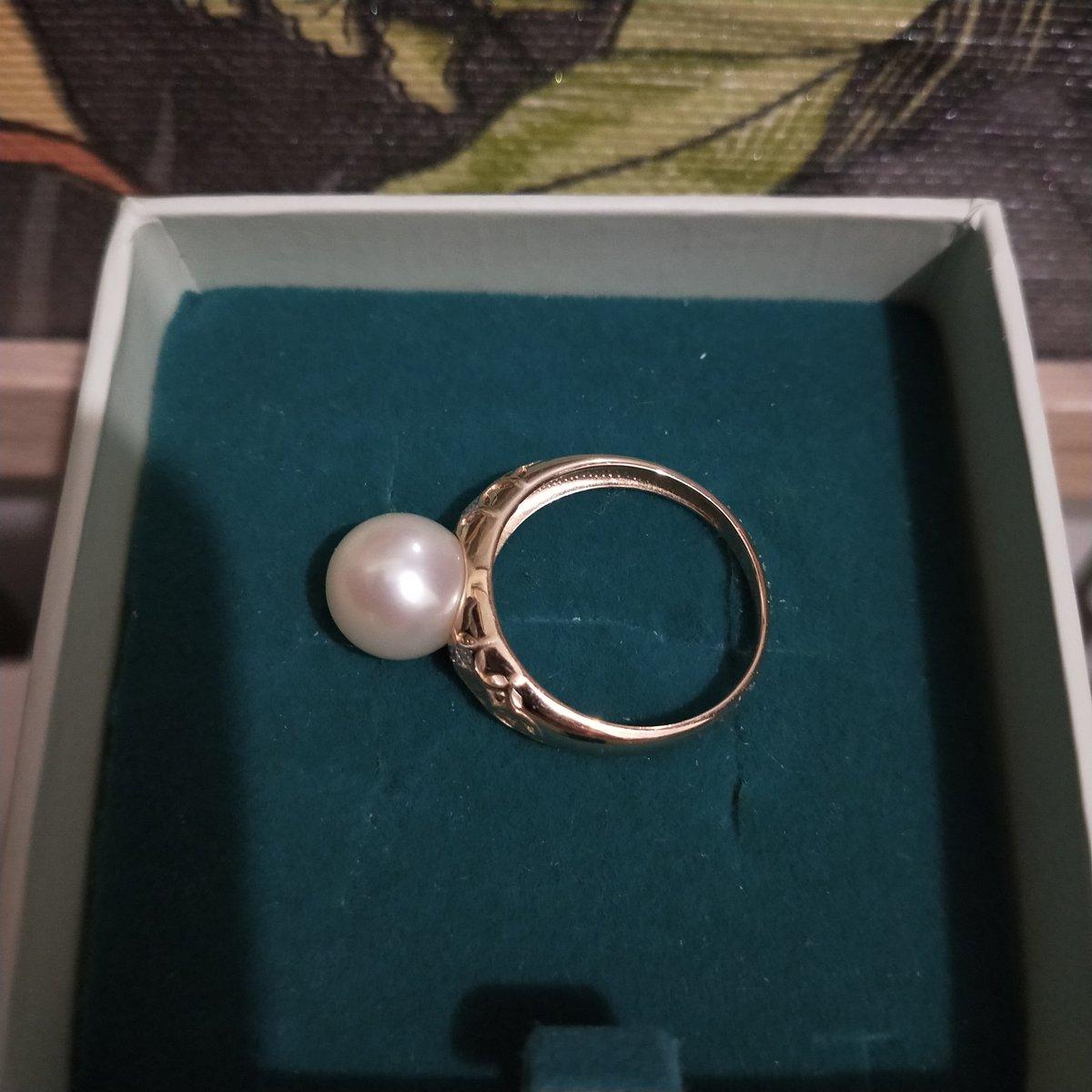 Золотое кольцо с бриллиантами и жемчугом.