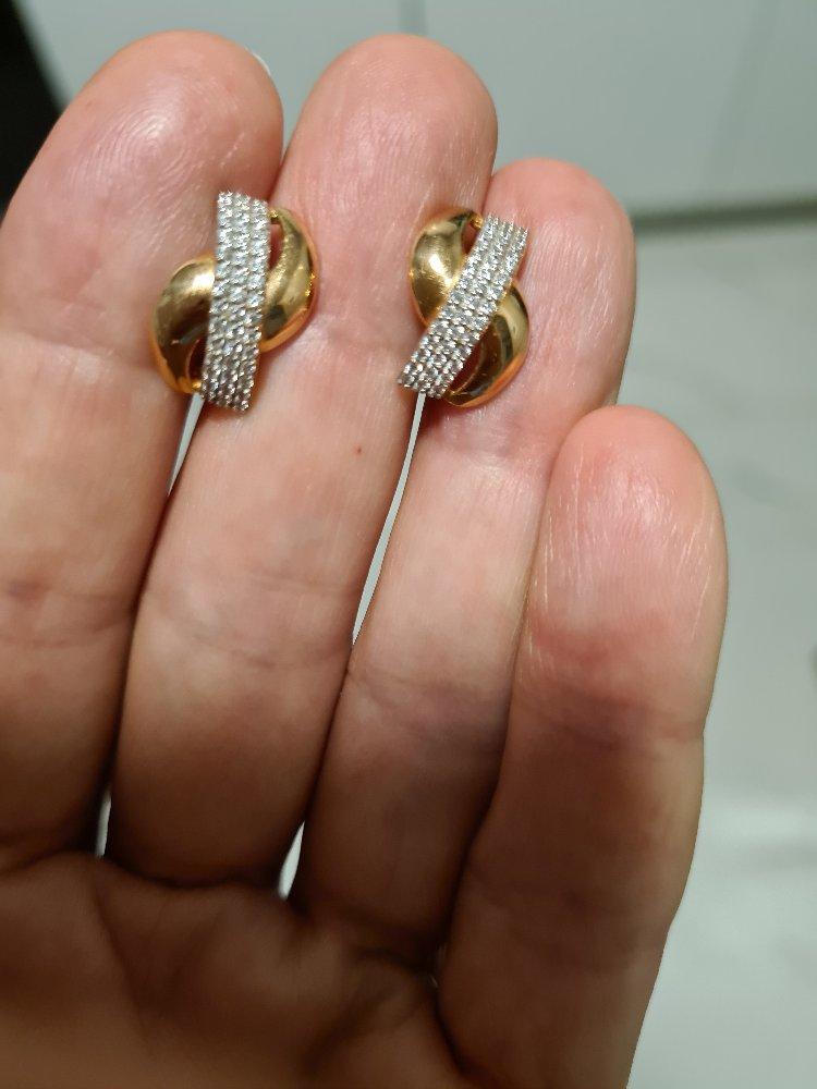 Скромное изделие из золота и фианитов.