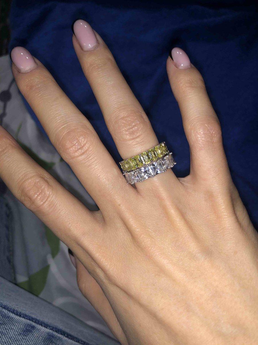 Красивое кольцо в комбинации с другим