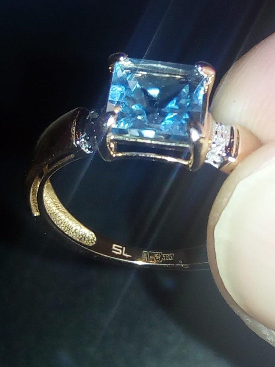 Золотое кольцо с топазом и бриллиантами.
