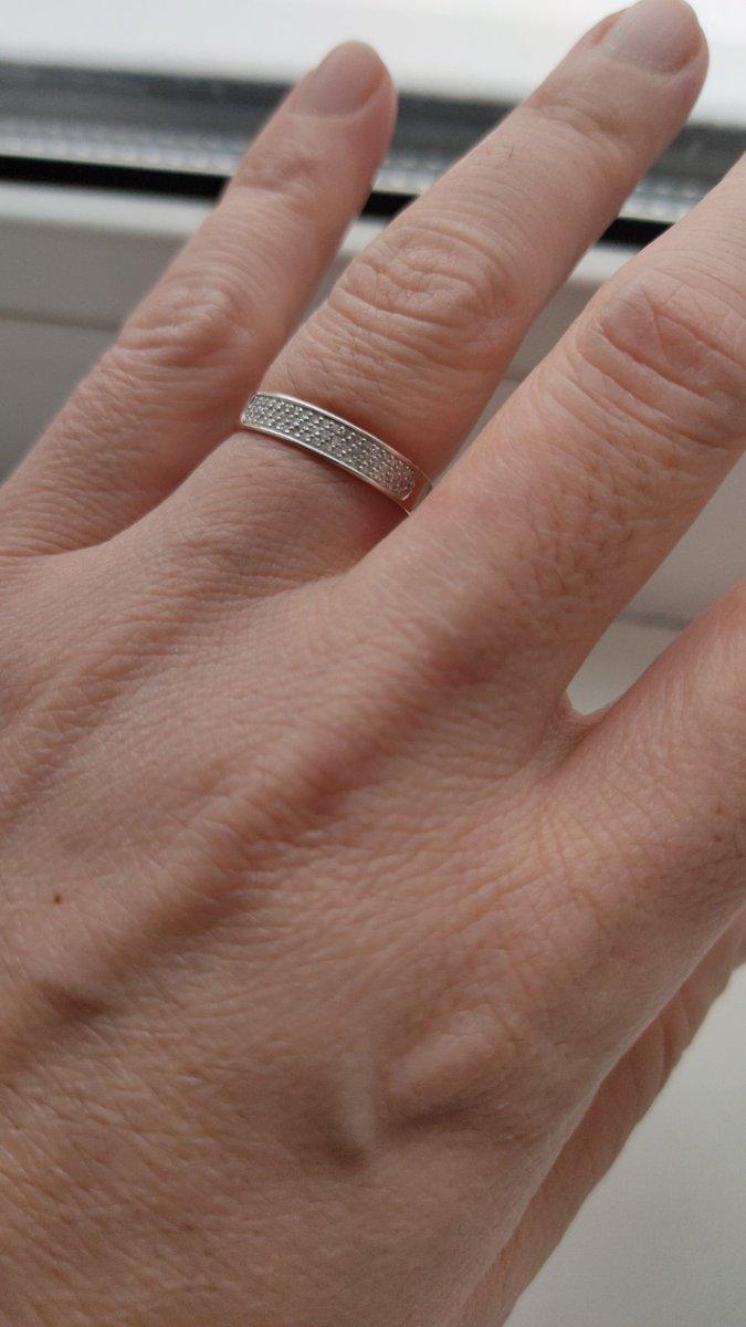 Шикарное кольцо. жене очень понравилось и её родственникам. кольцо блестит.