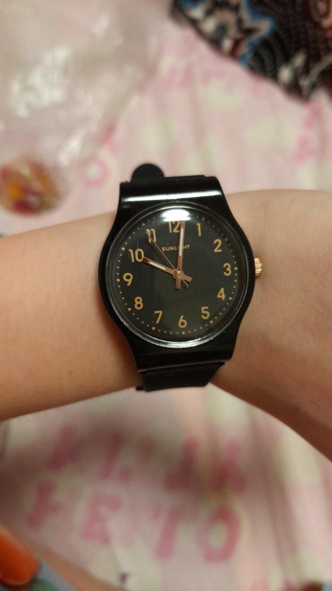 Часы с чёрным ремешком