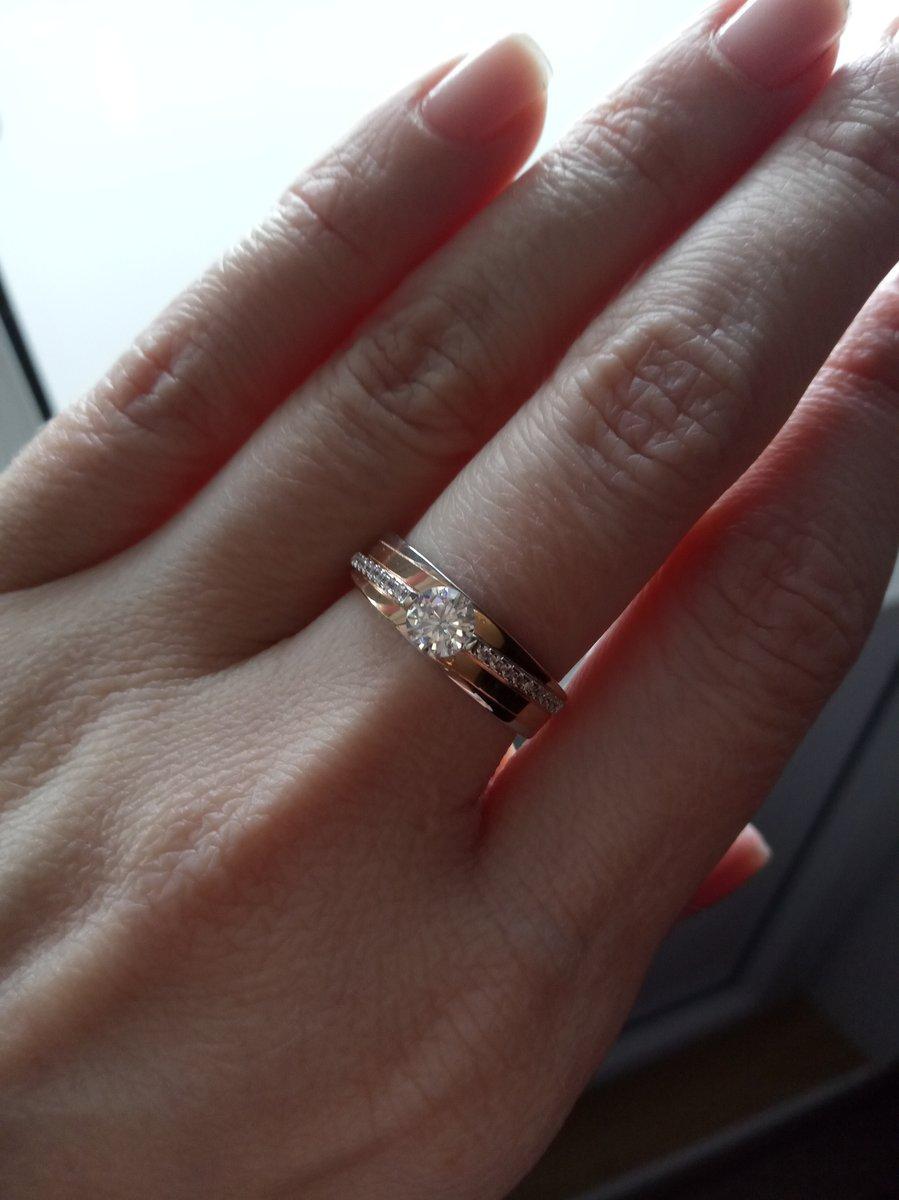 Кольцо с дорожной из фианитов и аккуратным камнем.