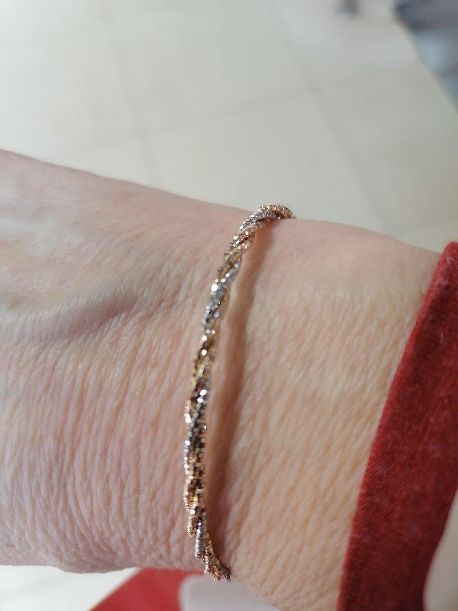 Красивый и нежный браслет..
