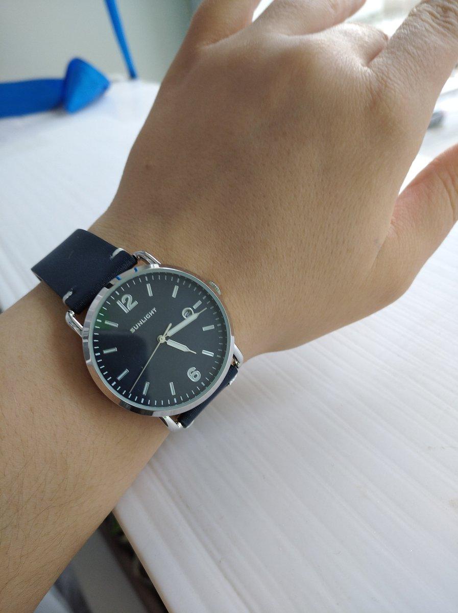 Крупные часы, хороший акцент на руке
