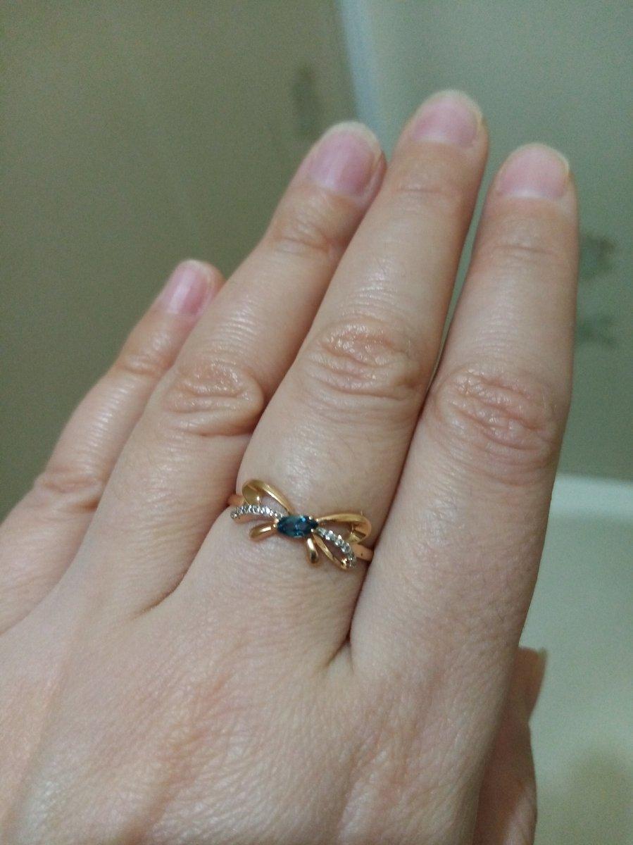 Золотое кольцо с синим топазом и фианитами.