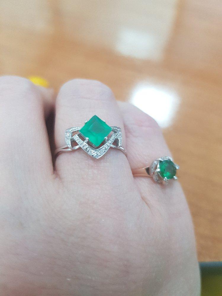 Кольцо с квадратным зеленым камнем