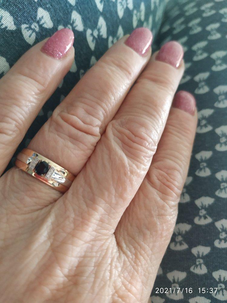 Очень красивое кольцо,смотрится очень дорого,элегантно
