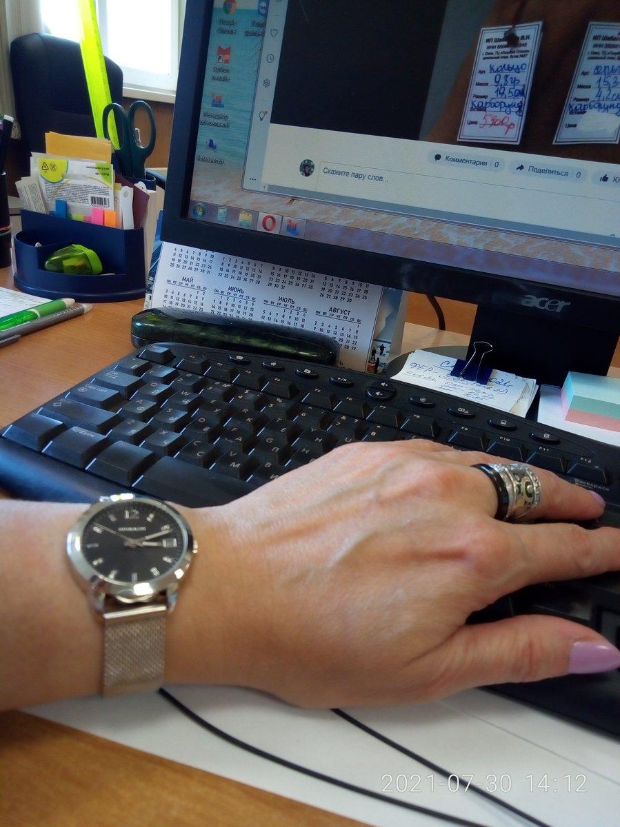 Часы с черным циыерблатом