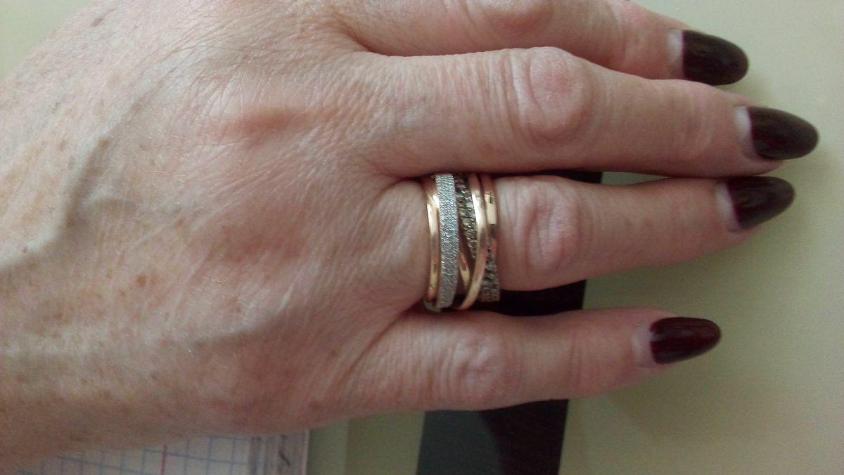 Шикарное кольцо.Оригинальной формы с брилиантами