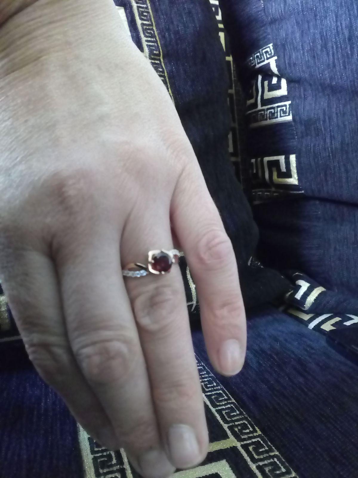 Золотое кольцо с фианитами и гранатом!