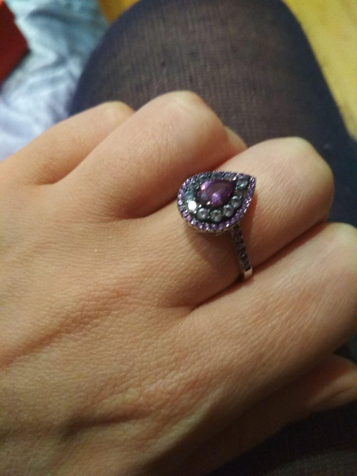Кольцо с фиолетовой шпинелью и фианитами