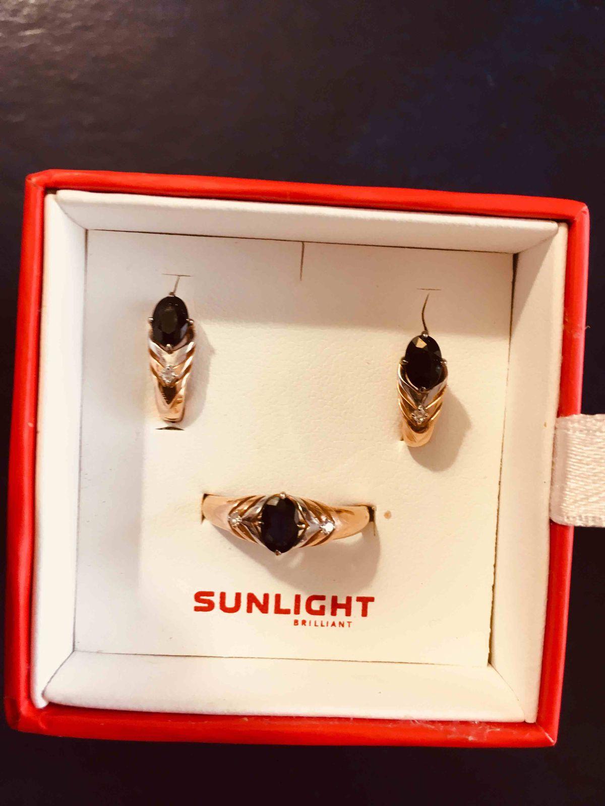 Золотые серьги с натуральным сапфиром и бриллиантом.