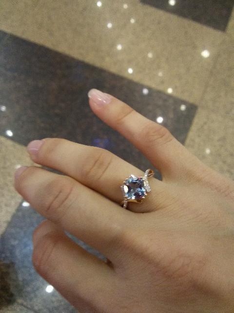 Кольцо с топазом и россыпью бриллиантов.