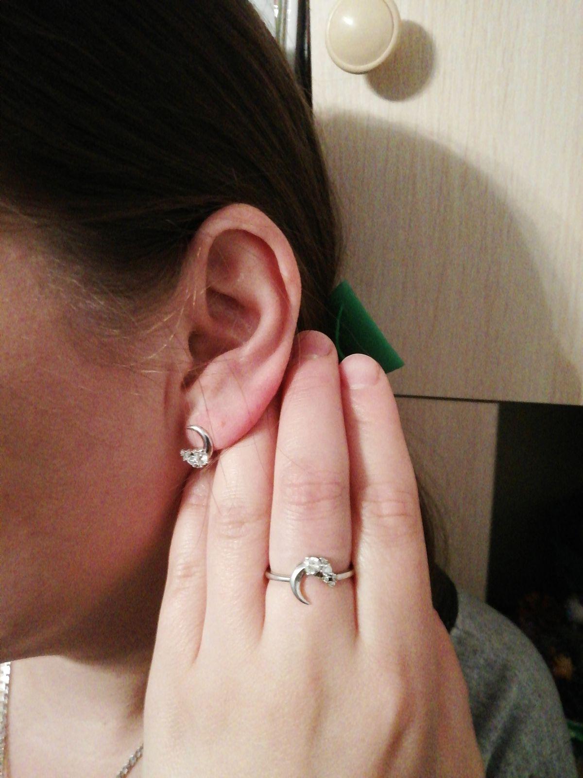 Красивое кольцо в форме полмесяца