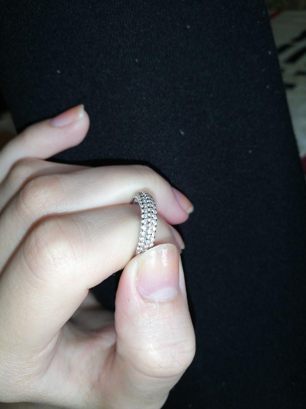 Красивое кольцо. Оооочень дорого смотрится на руке (на фото не настолько)))
