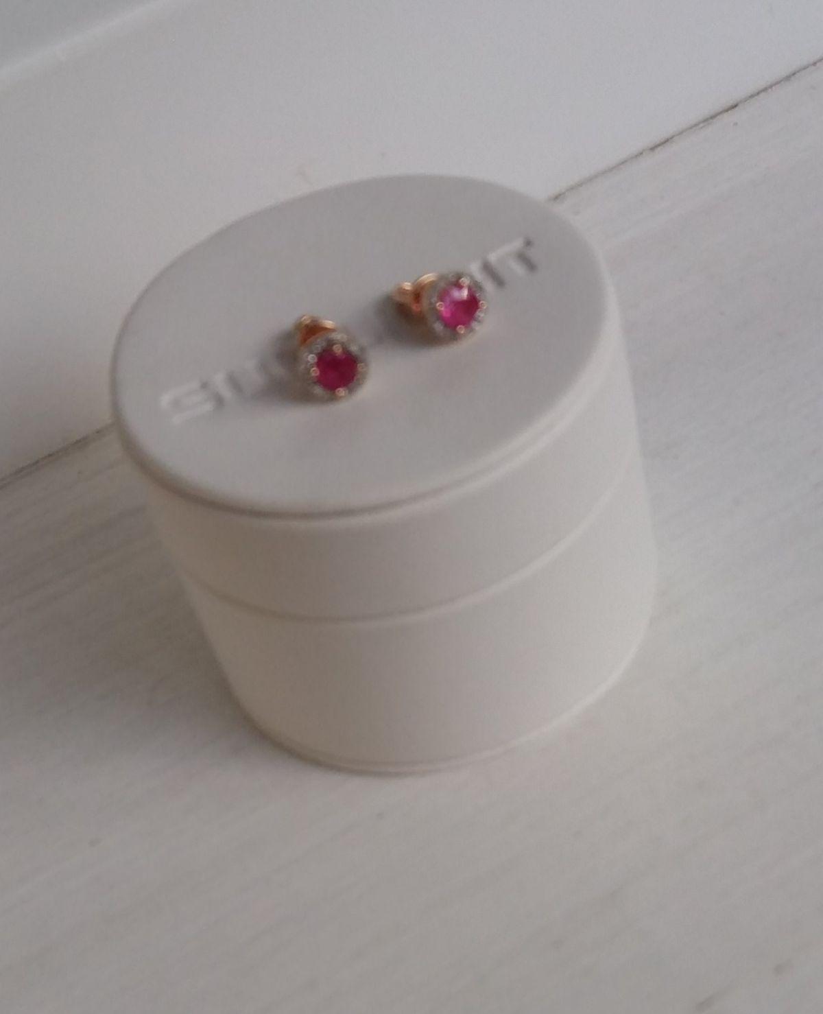 Рубиновые капли в россыпи бриллиантов