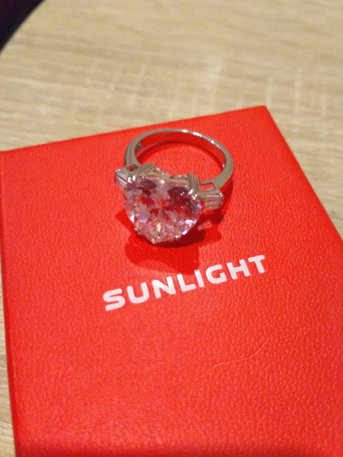 Серебряное кольцо с огромным фианитовым сердцем.