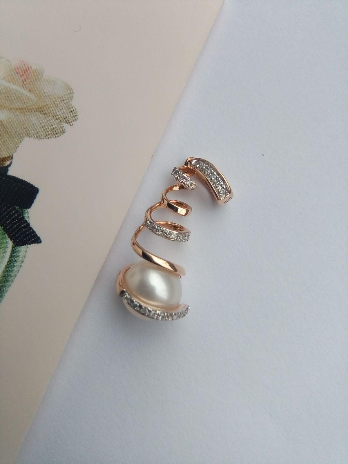 Золотая подвеска с жемчугом и бриллиантами.