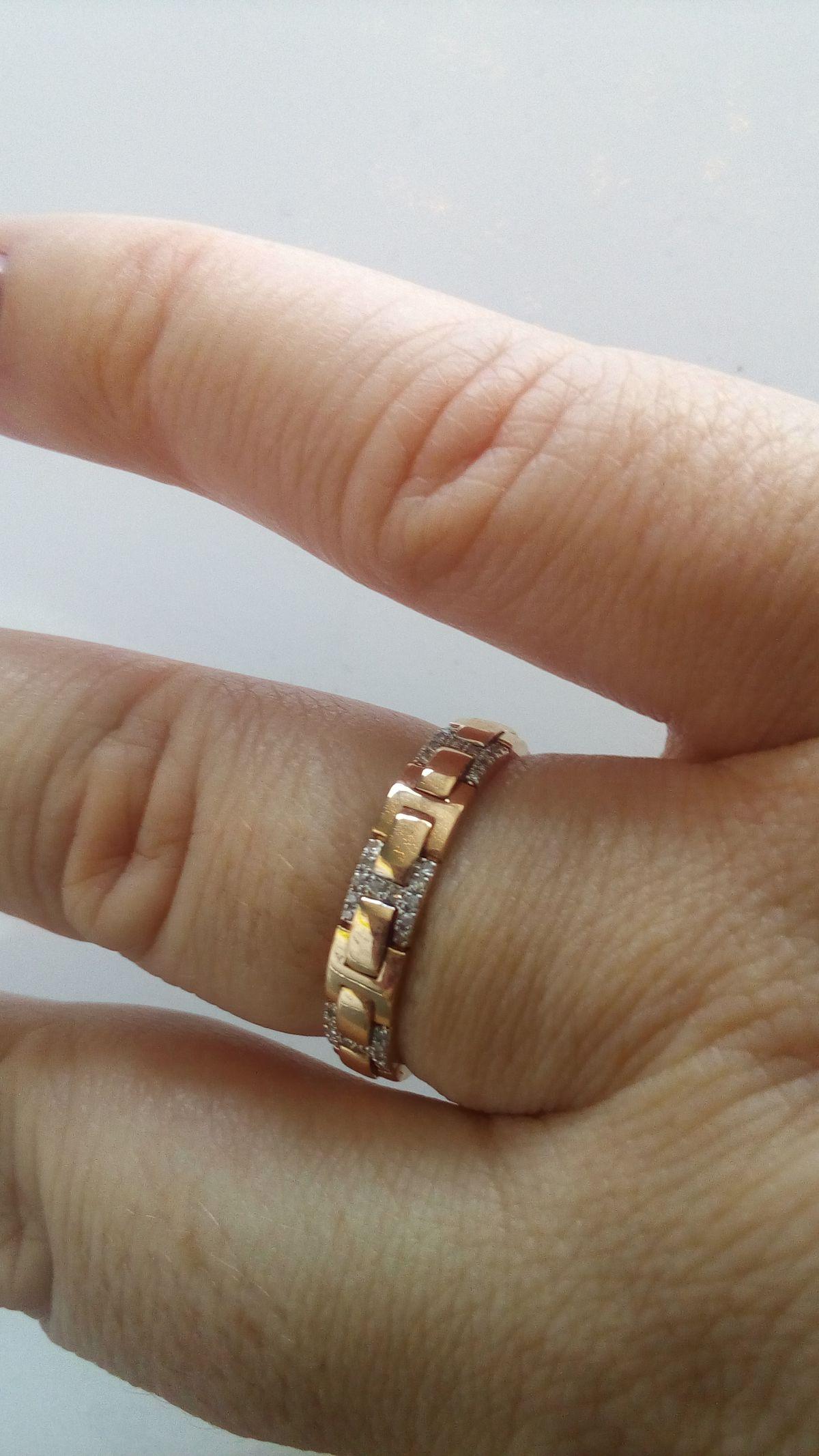 Красивое обручальное кольцо.