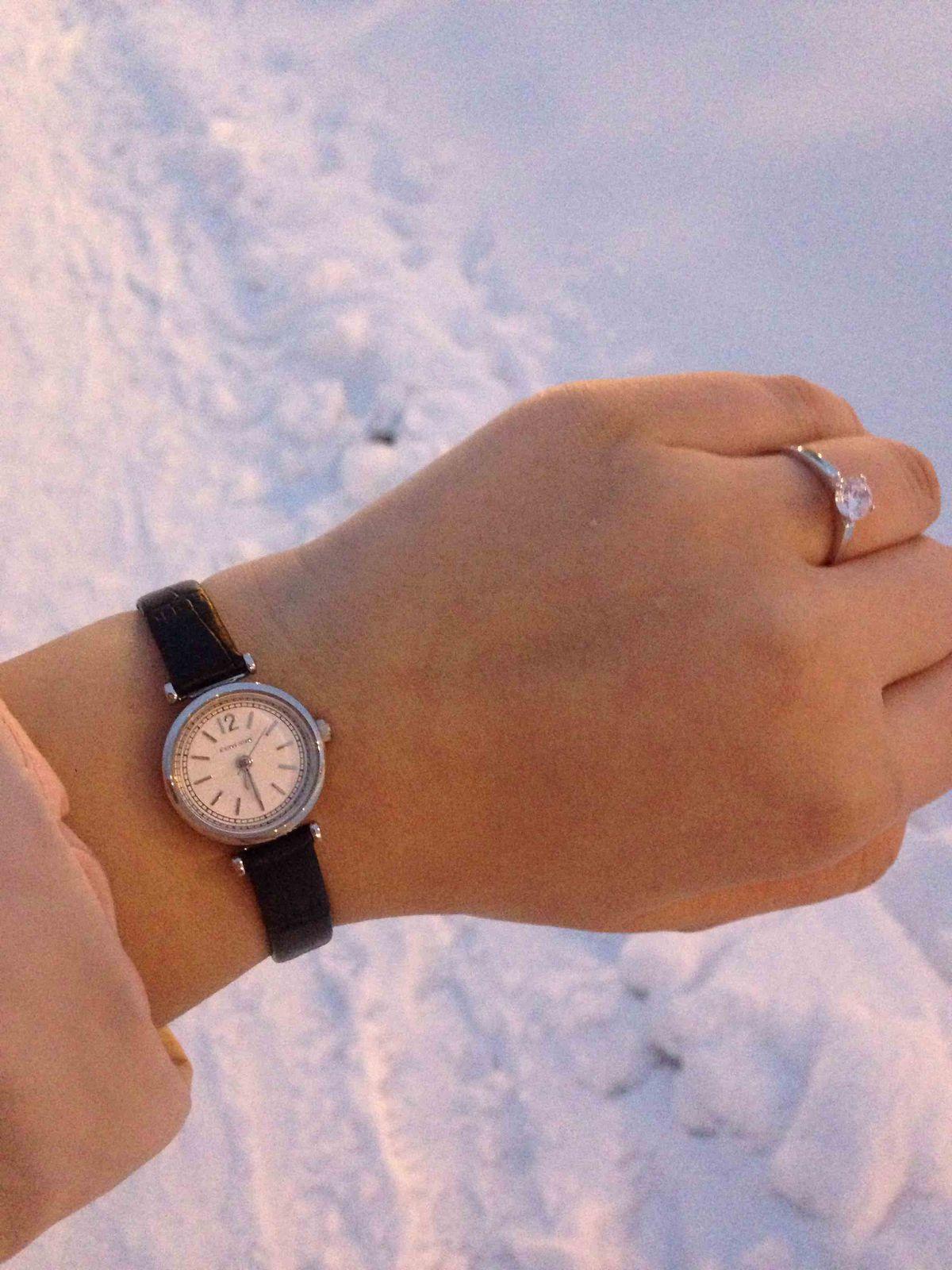 Часы красивые и миниатюрные.