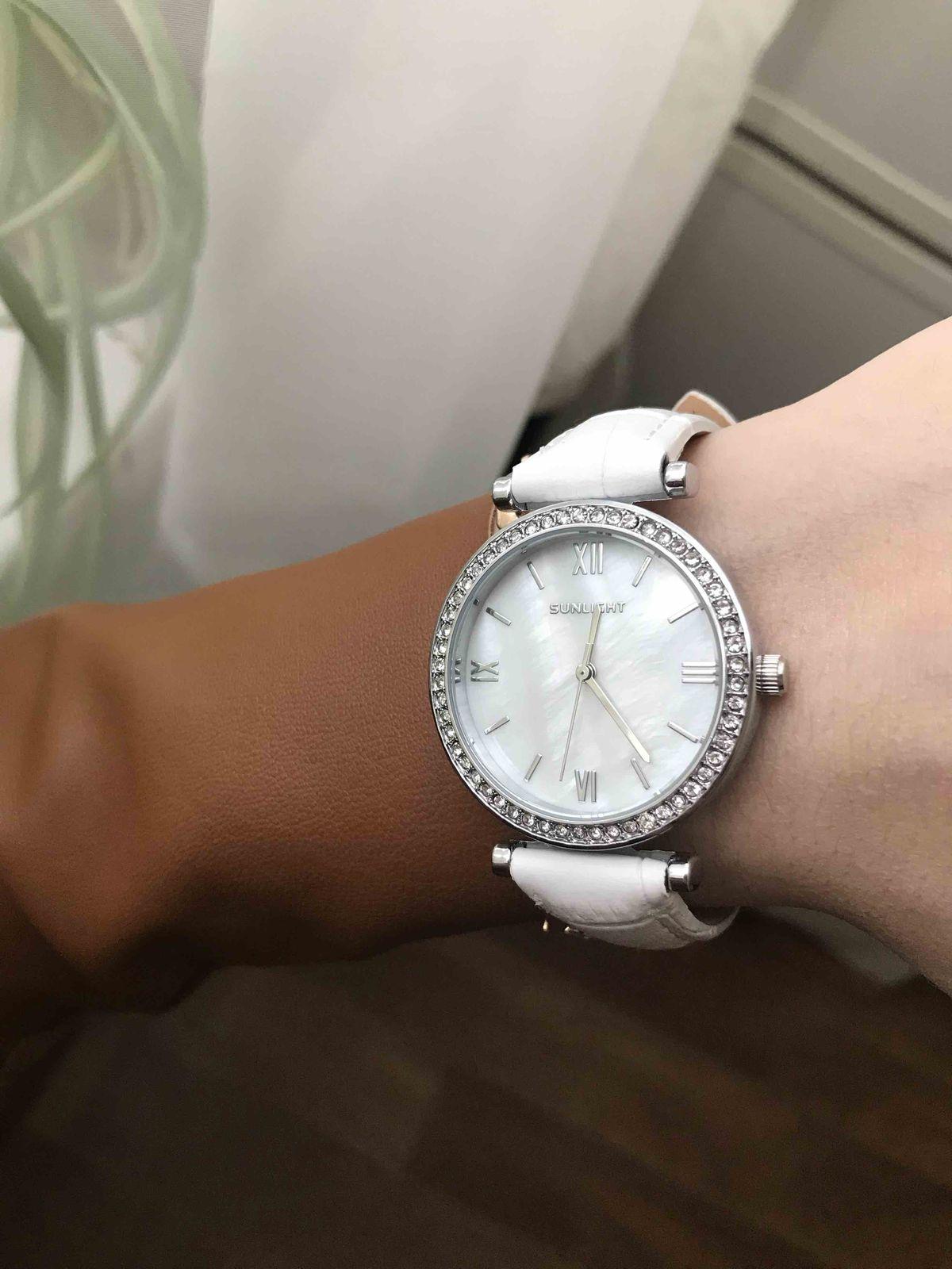 Часы наручные белые