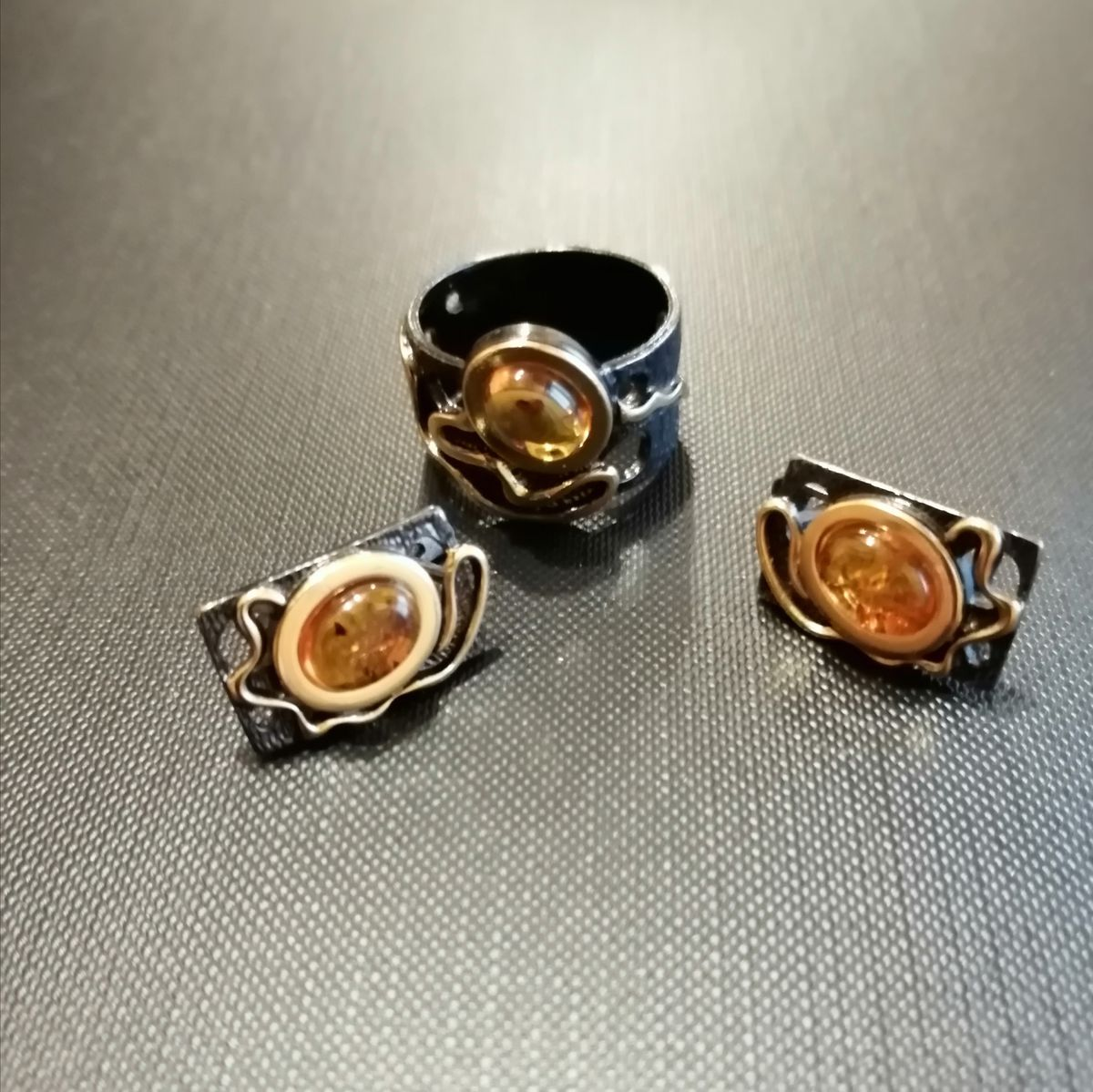 Кольцо и серьги с янтарем.