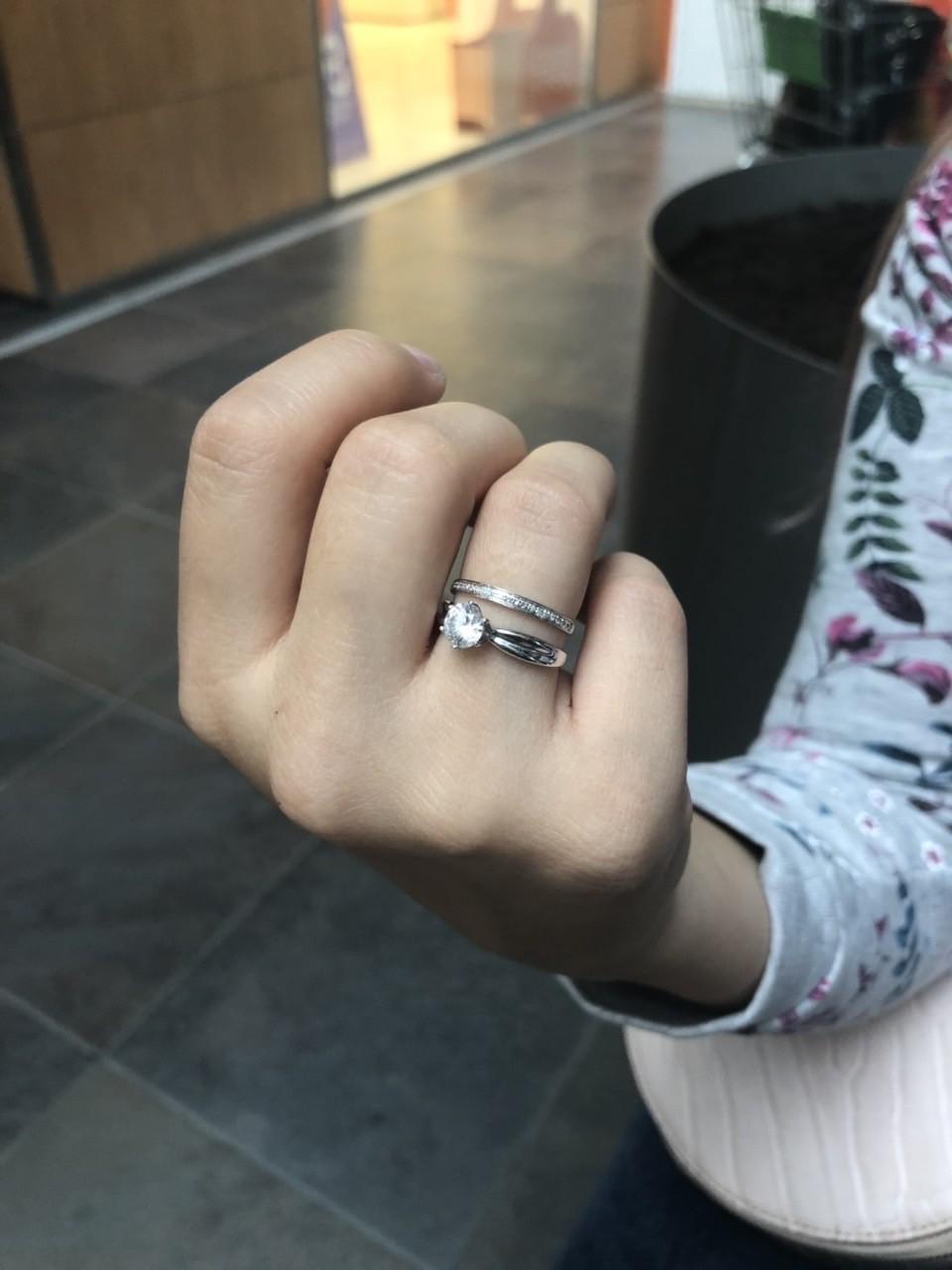 Кольцо очень изящное, с моим другим кольцом смотрится огонь ! советую