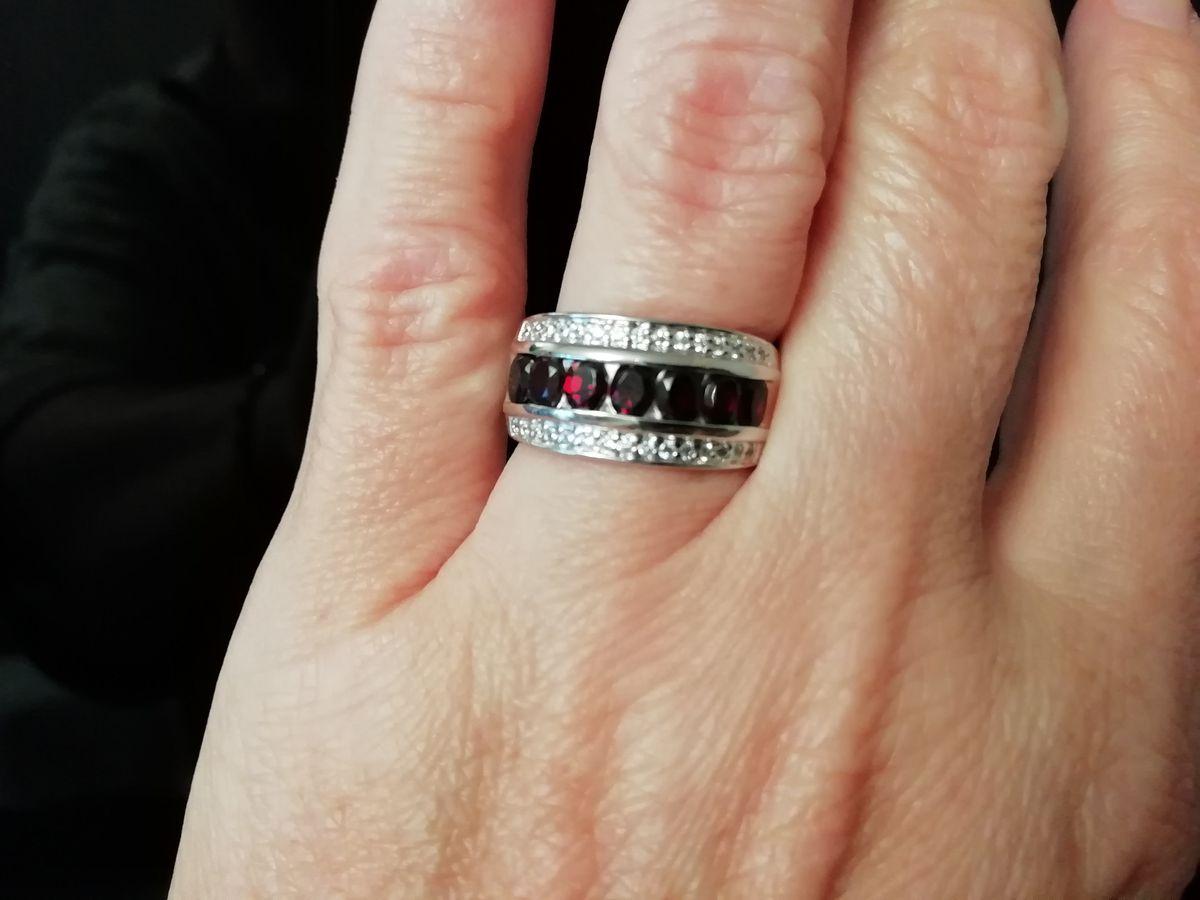 Выбрала кольцо с гранатами и фианитами.