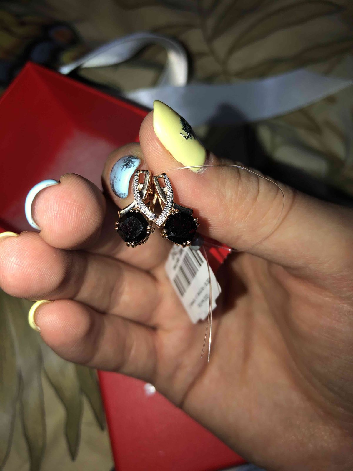 Золотые серьги с камнем гранат и бриллиантами
