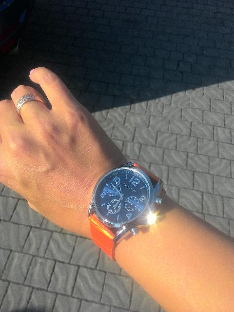 Часики с оранжевым ремнем