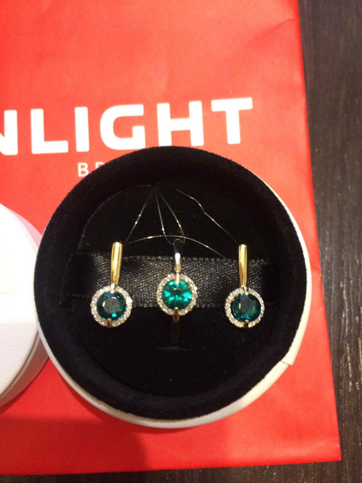 Сверкающие бриллианты с изумрудом