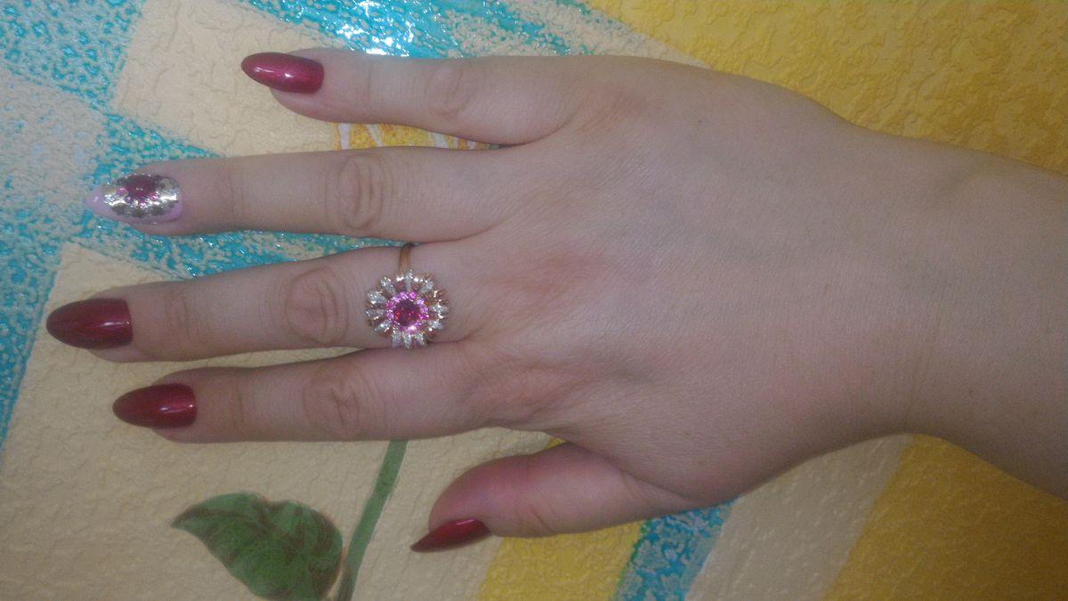 Золотое кольцо с бриллиантами, сапфирами и гранатом.