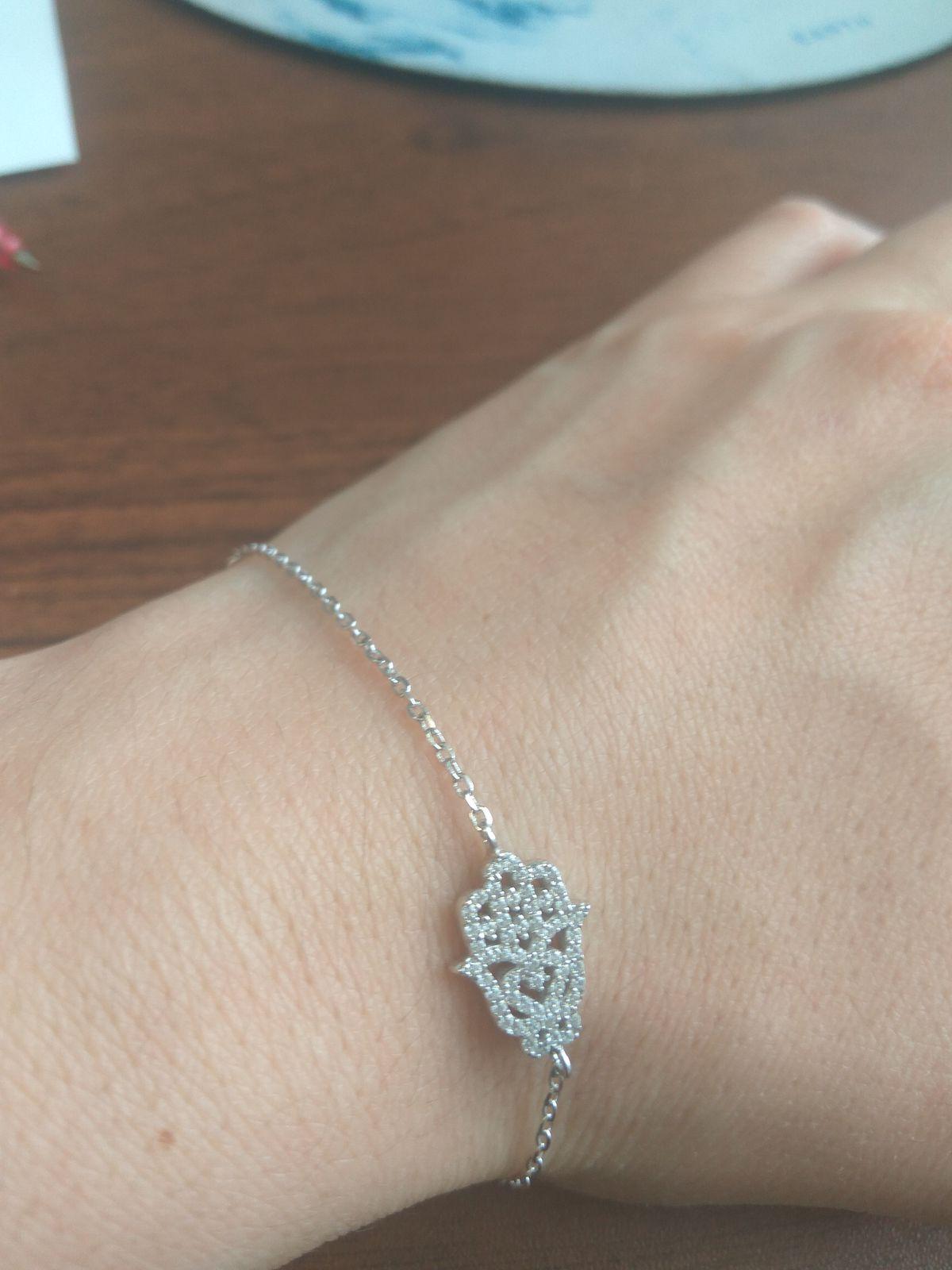 Красивый браслет. Кулончик украшен маленькими камнями,