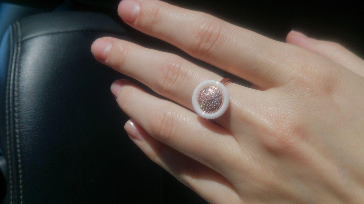 Кольцо с фианитами и керамикой