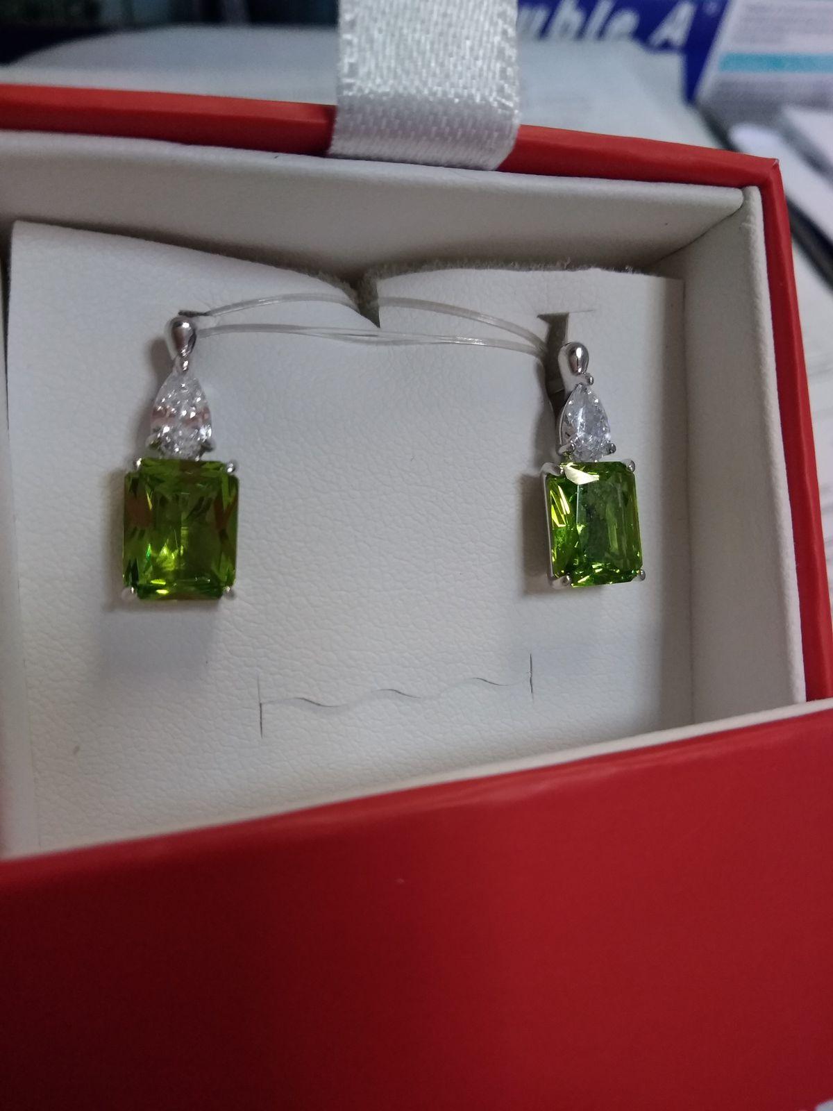 Красивые серьги цвета зелени