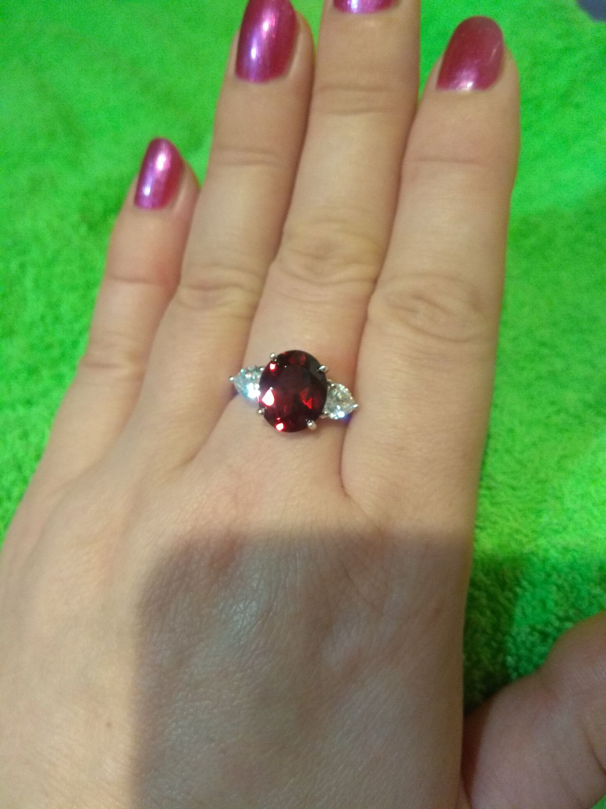Кольцо с крупным камнем,