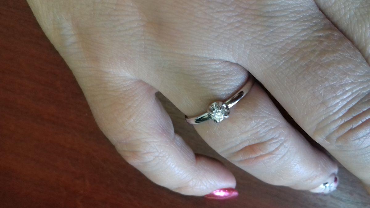 """Кольцо очень красивое, камень """"играет"""" на солнце, очень довольна."""