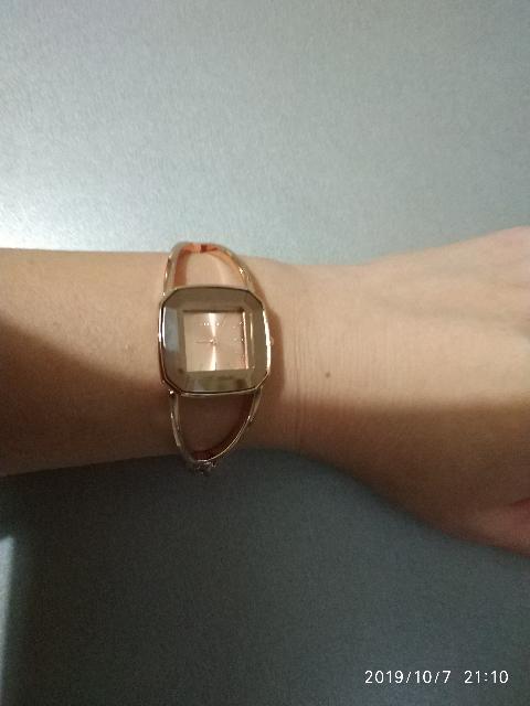 Часы-браслет из желтого металла