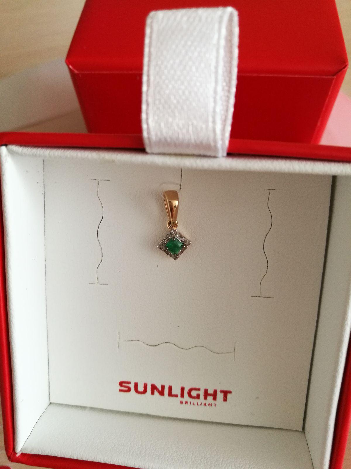 Нежная зелень изумруда в блеске капель бриллиантов