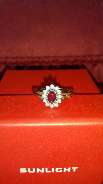 Золотое кольцо с рубином и бриллиантами.