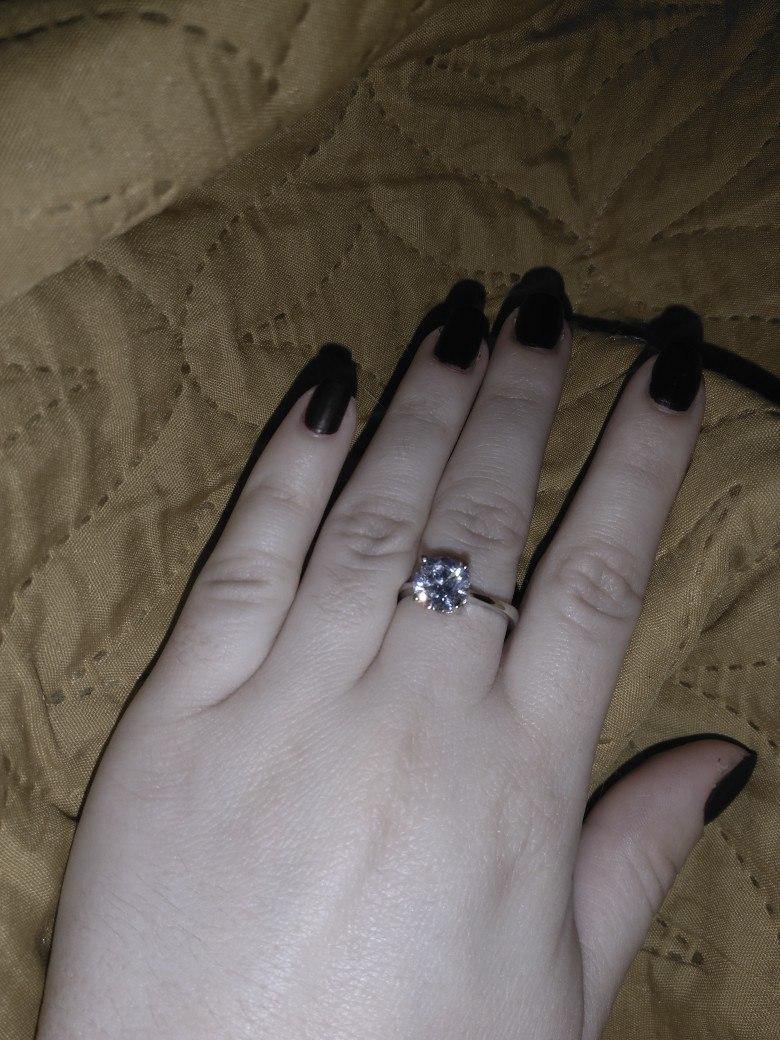 Прекрасное кольцо с изысканным фианитом