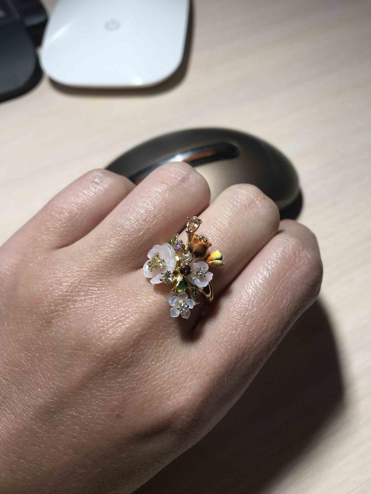 Кольцо с эмалью и перламутром.