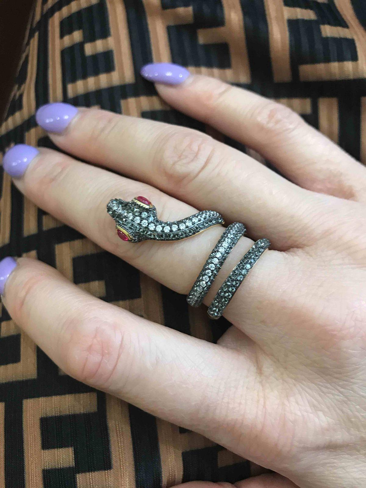 Серебряные серьги и кольцо в виде змейки