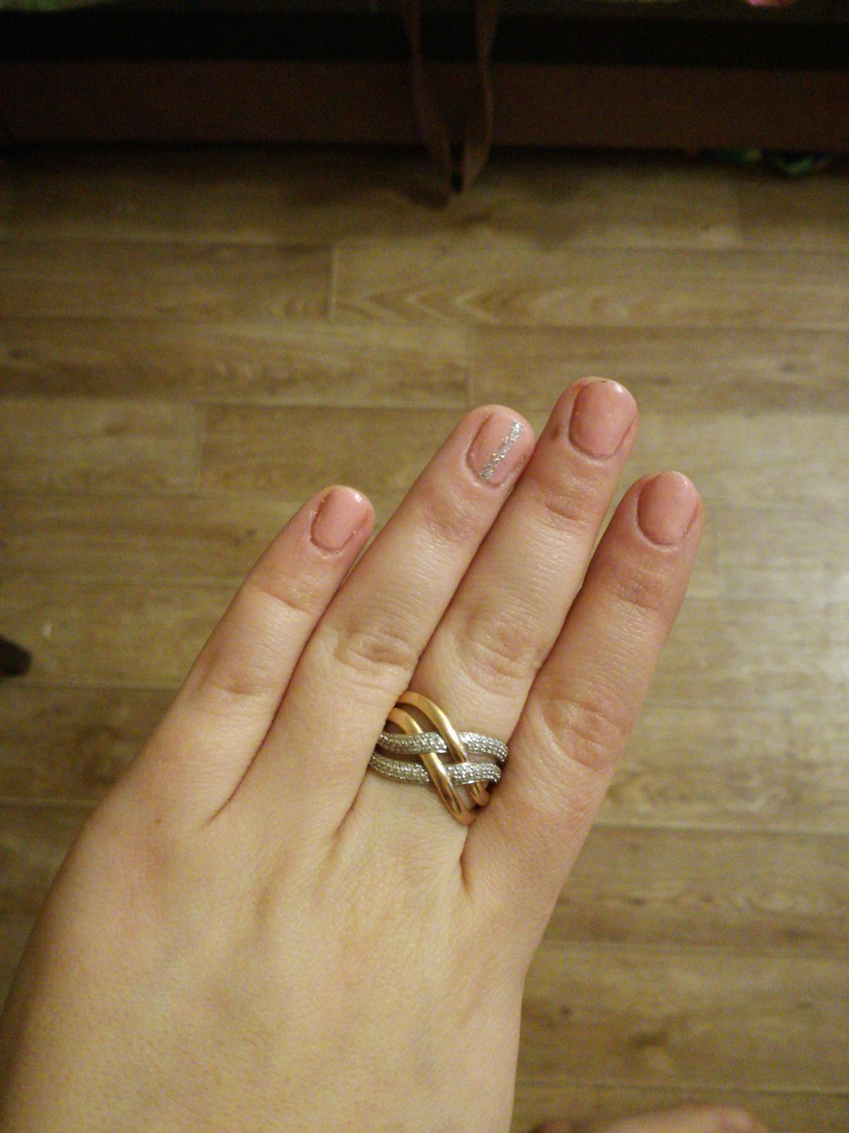 Кольцо широкое , блестящее то что нужно для моих не худых пальчиков :)))